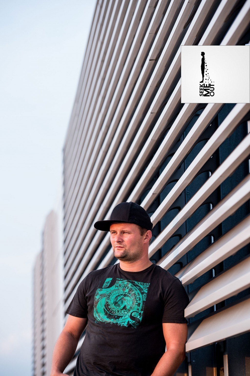 Portret z sesji zdjęciowej na budynku Globis. Sesja zespołu Seek Me out.