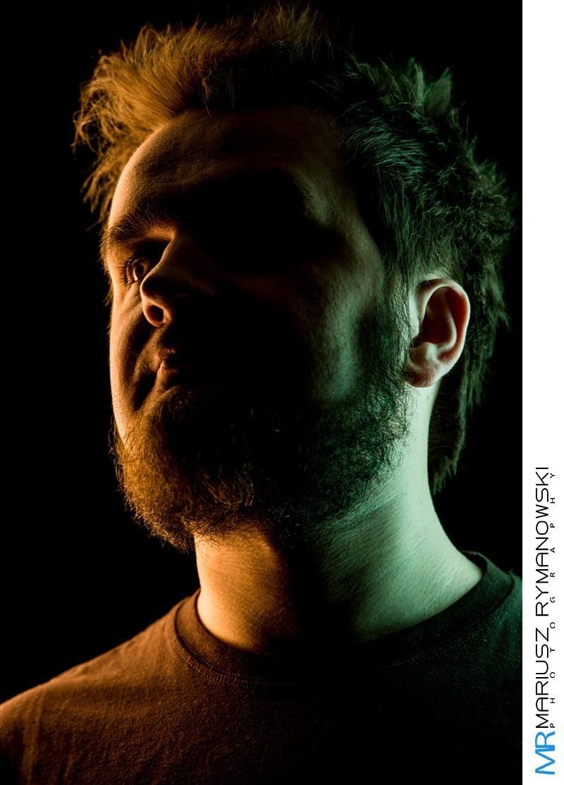 portret z użyciem zielonego i czerwonego światła studyjnego