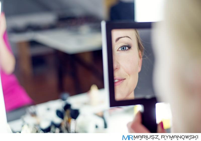 makijaz w czasie sesji portretowej - lusterko