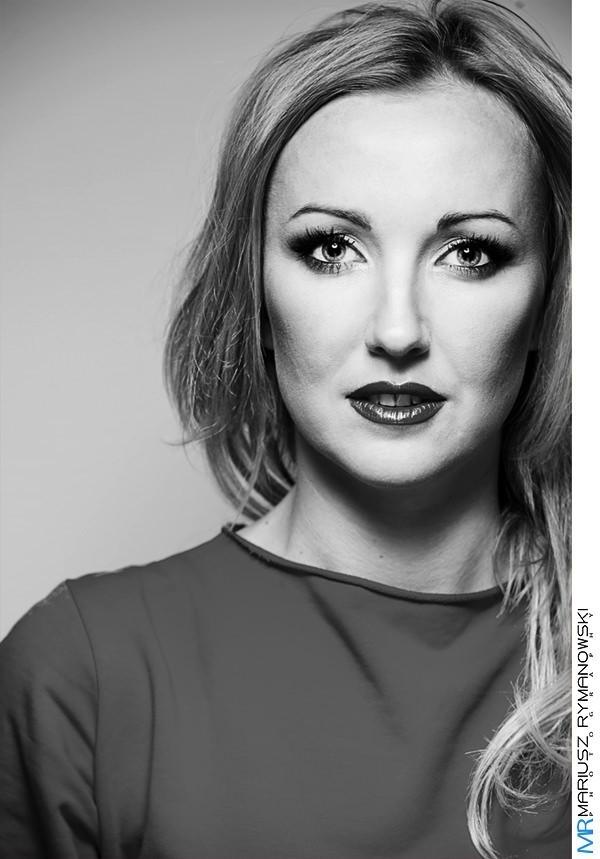 czarno biały portret Kobiety w makijażu