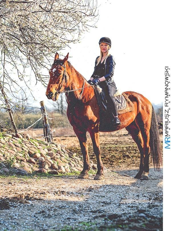 Kobieta na koniu wsrod spadających kwiatów