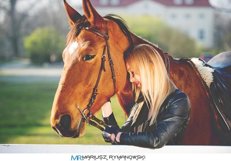 Kobieta przytulającasie do konia portret