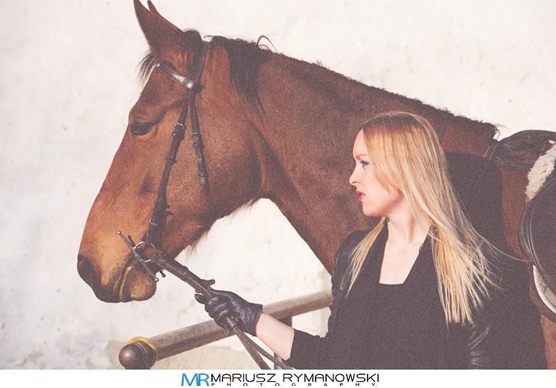 portret kobiety u boku konia