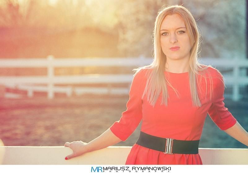 Portret kobiety w blasku zachodzacego słońca